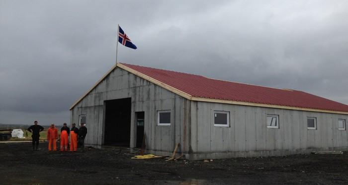Að sjálfsögðu var flaggað þegar þakið var komið á.